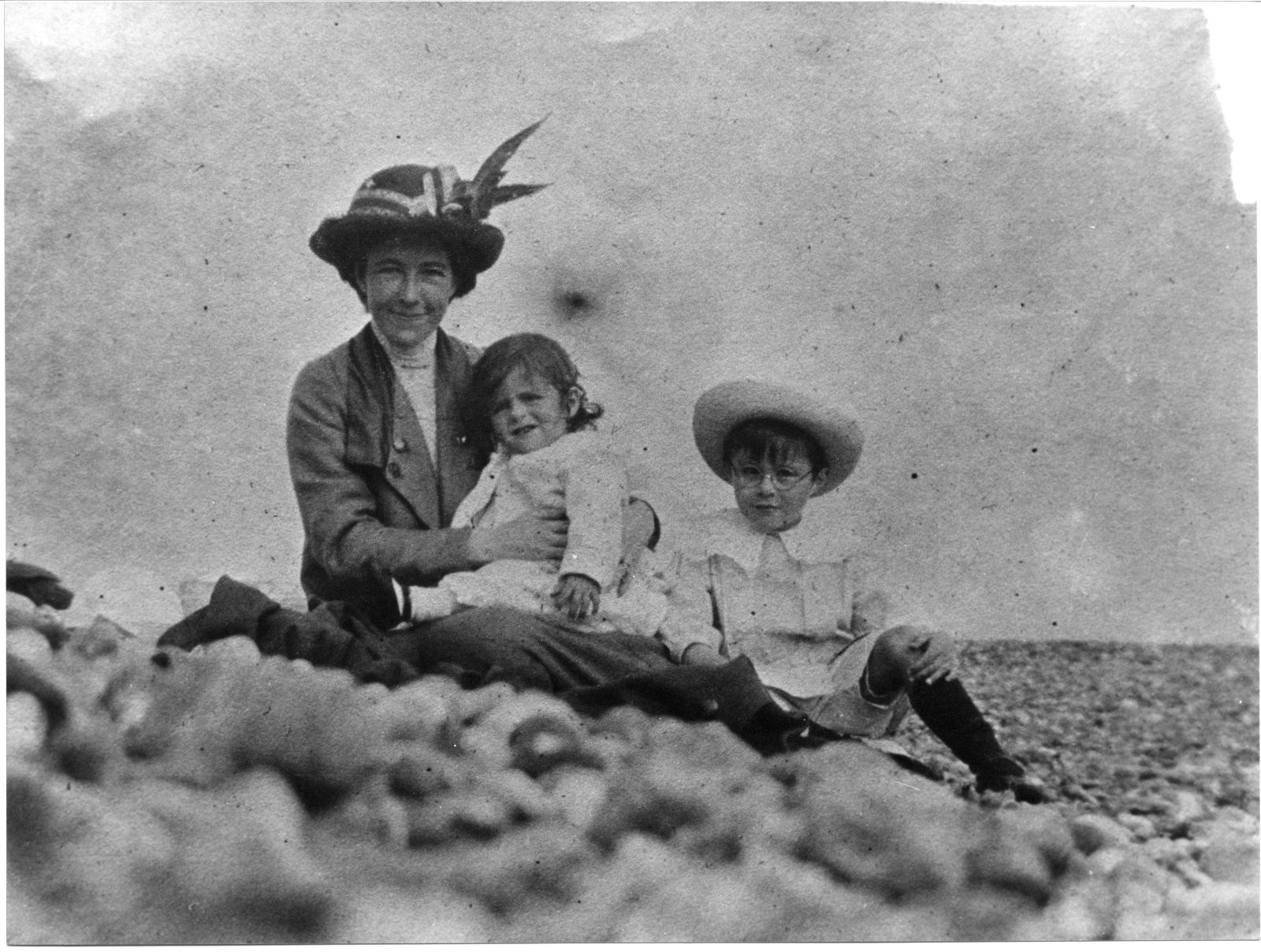 Alan and his brother John, with their mother Sara during a seaside holiday. [AMT/K/7/29]