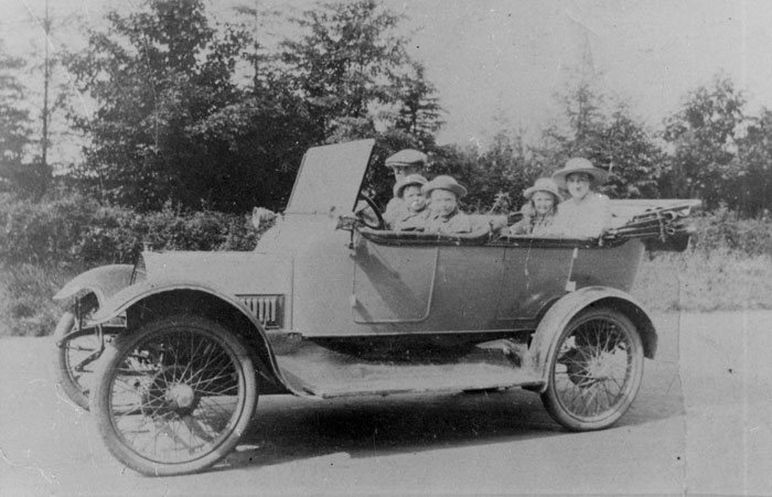 JS and his family in one of Oakington's first cars, bought secondhand in 1913.  Reg. No. EB549. (JS/X/3/2)
