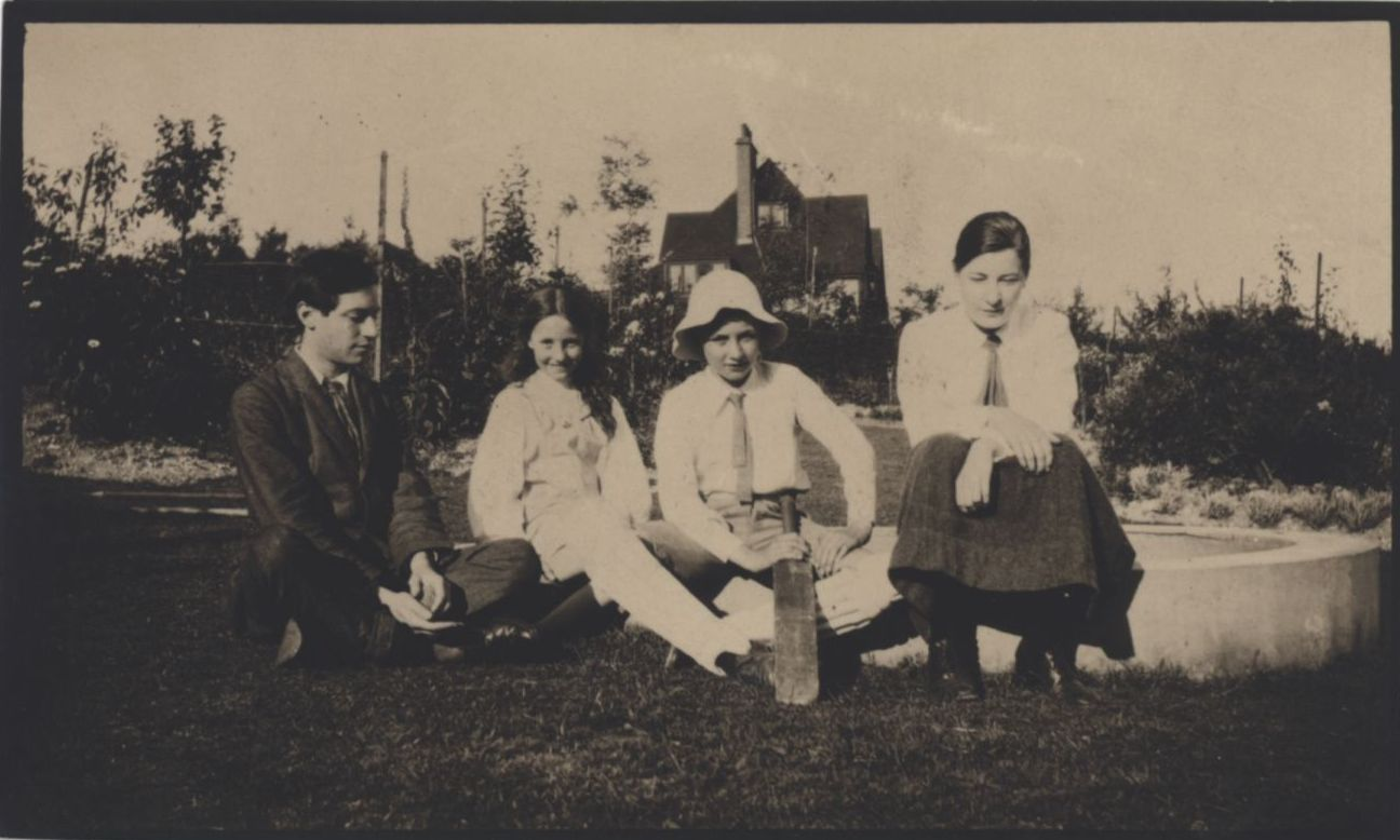 Snapshot of Duncan Grant, Pamela and Julian Fry and Troth Swinburne sitting on the lawn at Durbins, 1910. [REF/6/8]