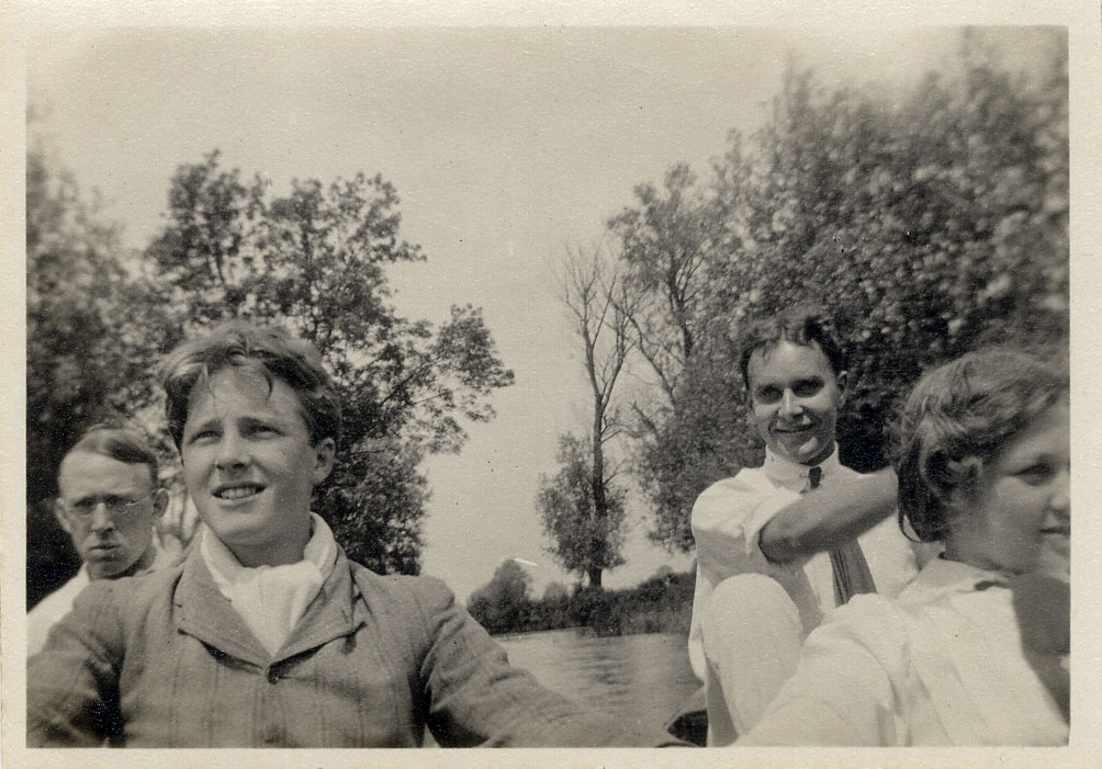 •	Photograph of Dudley Ward, Rupert Brooke, Jerry Pinsent and Dorothy Osmaston on the Cam taken at Grantchester. 1908-1911. Archive Centre, King's College, Cambridge. RCB/Ph/94.