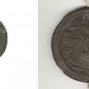 The relative sizes of Elizabeth's Privy and Great Seals.