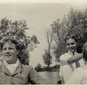 •Photograph of Dudley Ward, Rupert Brooke, Jerry Pinsent and Dorothy Osmaston on the Cam taken at Grantchester. 1908-1911. Archive Centre, King's College, Cambridge. RCB/Ph/94.
