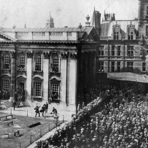 The messengers pouring out of Senate House, 1897. [MRJ/F/1]